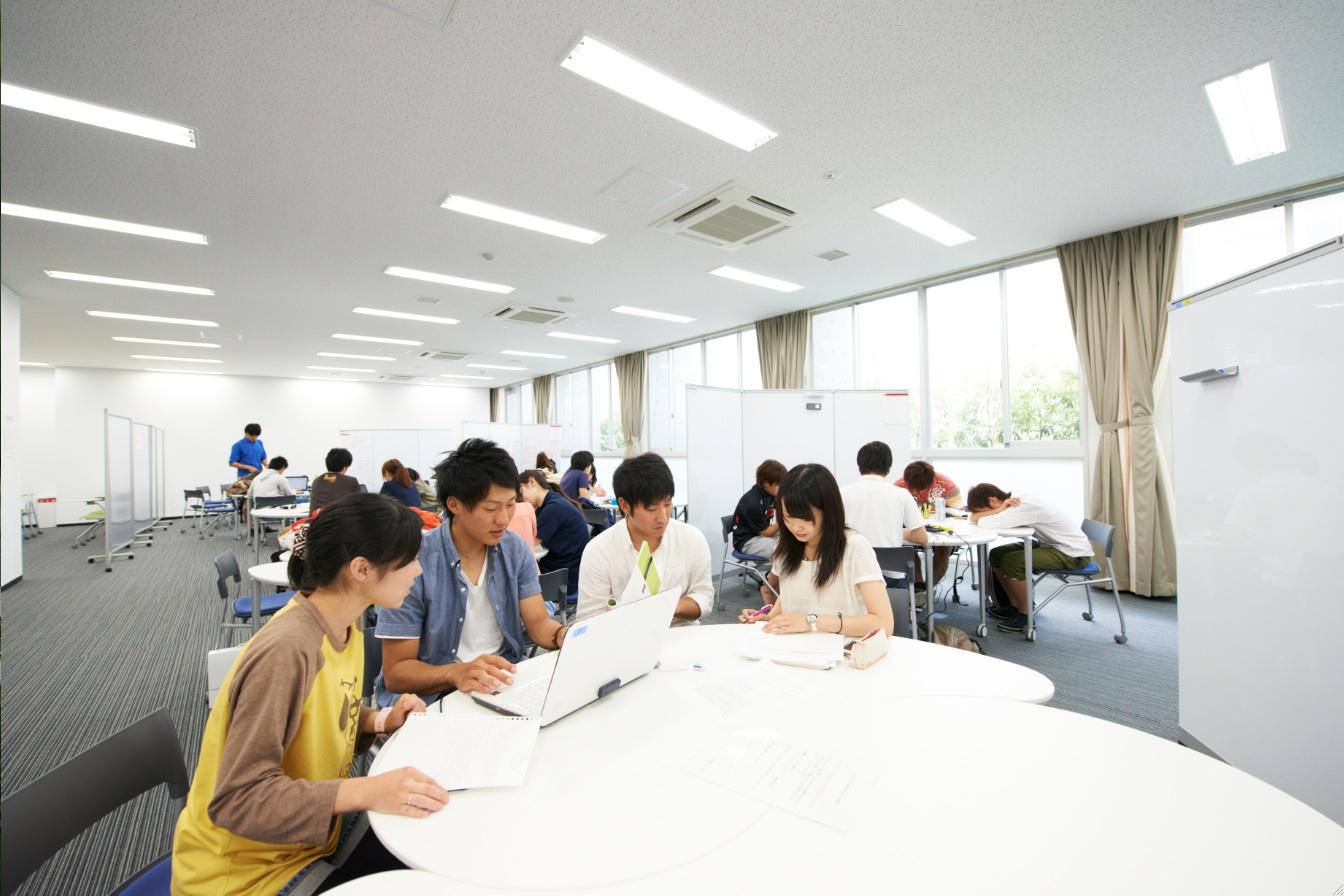 【百船】学生のみなさんの主体的な学修と多様な交流のための空間。グループワークなど様々な用途で利用できます。